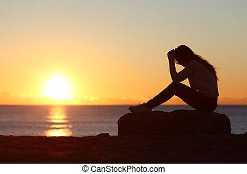 triste, mulher, silueta, preocupado, ligado, a, praia,