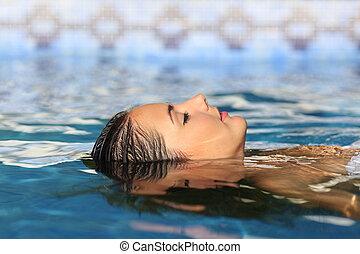 mujer, cara, relajante, Flotar, en, agua, de, Un, piscina,...