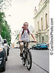 turista, homem, ligado, Um, bicicleta, em, rua,