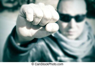 jovem, homem, em, Um, protesto, levantamento, seu, punho,...
