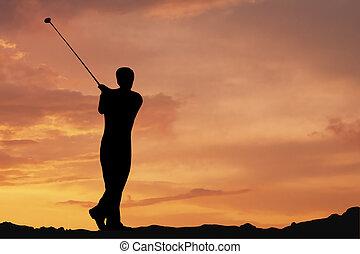 Golf - Male playing golf af dawn
