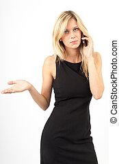 Eva telefoniert - Junge Frau im schwarzen Kleid telefoniert...