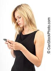 Eva Tippt - Junge Frau schreibt SMS
