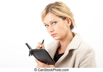 Eva notiert quer - Junge Frau blickt von ihren Notizen auf