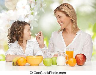 Feliz, mãe, e, filha, comer, pequeno almoço,