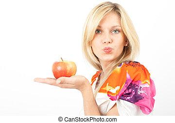 Kuss in Kamera - Junge Frau mit Apfel auf der Hand und...