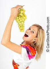 Eva genießt - Junge Frau genießt frische Weintrauben, die...