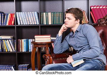 Pensativo, Sentado, joven, biblioteca, silla, hombre