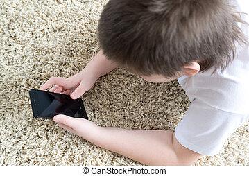 niño, alfombra, habitación, acostado, teléfono