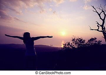 alegrando, mulher, abertos, braços, montanha