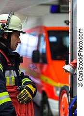 Feuerwehrmann mit Wasserschlauch