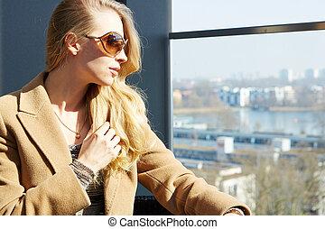 Fashion lifestyle portrait pretty woman in the sunglasses