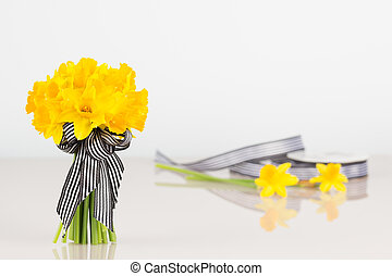 Daffodil bouquet with roll of ribbon - Tete a Tete yellow...