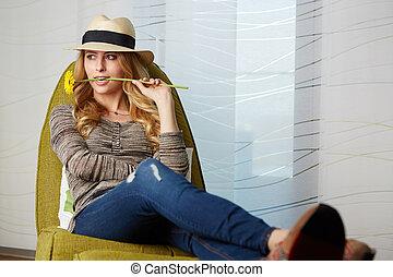 jovem, mulher, em, lar, sentando, ligado, modernos, chair, ,...