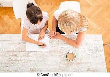 mãe, ajudando, dela, filha, com, a, dever casa,