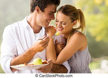 jovem, par, comer, pequeno almoço,