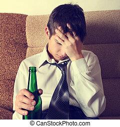 triste, jovem, homem, com, Um, Cerveja,