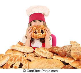 feliz, poco, niña, cocinero, con, Pretzel,