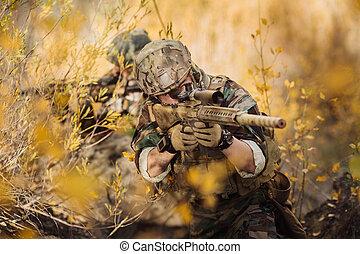 soldados, equipe, apontar, em, Um, alvo, de, armas,