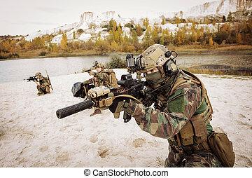 solders, apontar, em, Um, alvo, de, armas,