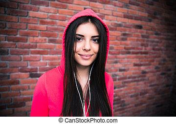 retrato, de, Un, deportivo, mujer, en, auriculares,