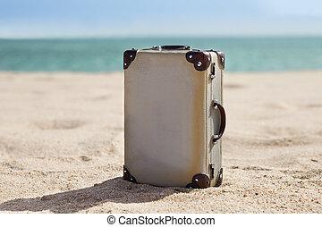 viejo, maleta, en, playa,