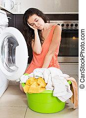 triste, mulher, lavando, roupas, em, máquina,