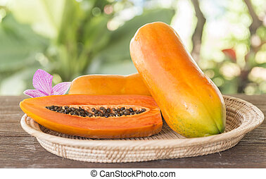 papaya - Papaya fruit is placed in the tray