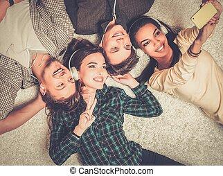feliz, multiracial, amigos, toma, selfie, ,