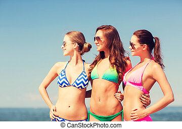 playa, sonriente, grupo, joven, mujeres