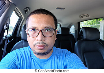 man driving a car without seat belts