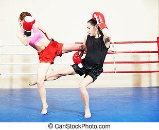 muai thai fighting women