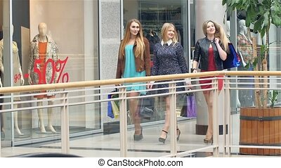 Girls go along and shop talk at the same time, shopping Slow...