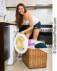 agradável, mulher, com, roupas, perto, lavando,...