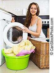 sorrindo, mulher, lavando, roupas, em, arruela,