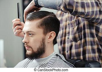 hombre, Marcas, Un, corte de pelo, en, barbería,