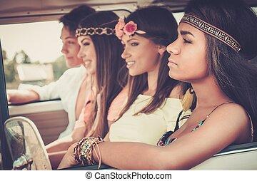 multi-ethnic, Hippie, amigos, en, Un, camino, viaje,