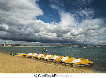 Pedalos, sur, les, plage, à, Weymouth, dorset, sous,...
