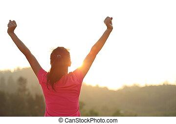 alegrando, mulher, abertos, jovem, braços
