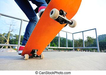 joven, mujer, piernas, skateboarding, ,