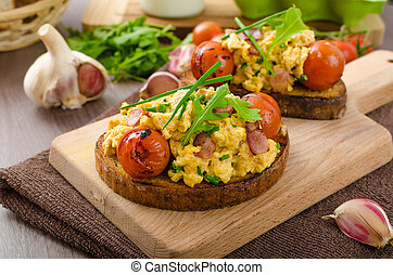 Scrambled eggs witch bacon, herbs and tomato - Scrambled...