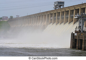 Bagnell Dam at the lake of the ozarks, spraying mist