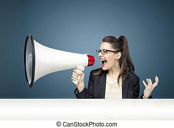 joven, mujer de negocios, Gritar, encima, megáfono,