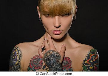 bonito, loiro, com, Um, tatuagem, ligado, corporal,