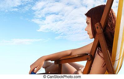mujer, en, el, playa, Sentado, en, deckchairs,