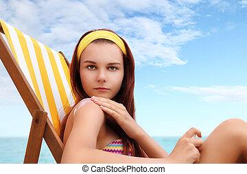 mujer, Sentado, en, el, playa, usted, puesto, el, sunscreen,...