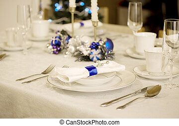 Elegant blue and white Christmas table setting - Elegant...