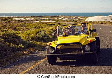 pareja, en, Un, camino, viaje, en, playa, calesa,