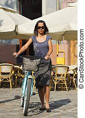 mujer, con, Un, bicicleta, en, Un, ciudad