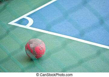 viejo, rojo, Pelota, en, Esquina, en, futsal, campo,